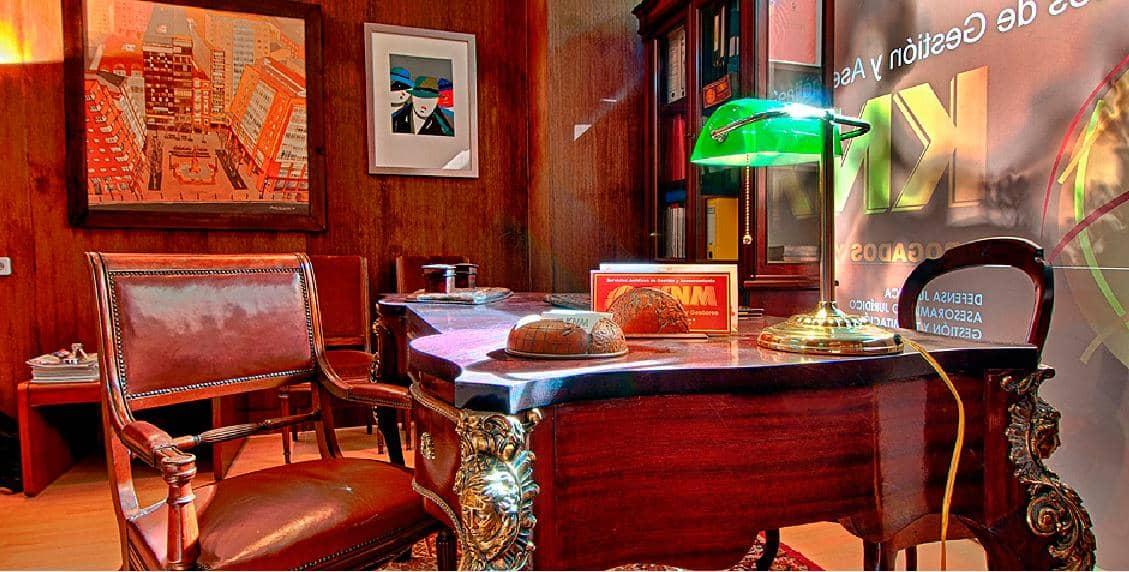 Impresionante mesa del despacho KNM